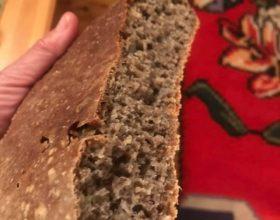 Selfi sa domaćim crnim hlebom