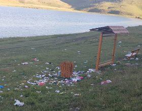 Vražje jezero okruženo smećem