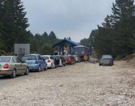 Velike gužve na graničnim prelazima Jabuka i Dobrakovo