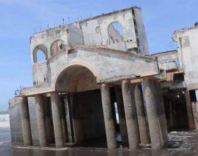 Misteriozna vila nasukana na plaži (video)