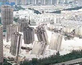 Istovremeno srušeno 15 nebodera (video)